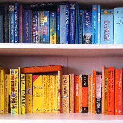 boekenkast op kleur